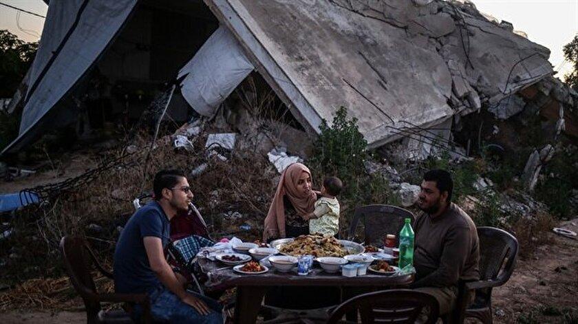 Gazzede enkazın ortasında iftar