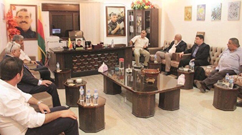 Türkiye'de faaliyetleri sona erdirilen Ahmed Carba'nın temsilcisi Kasım Hatip Mısır'dan geldi. Eski SMDK üyesi Ubeyde Nahhas ile PKK'lı Aldar Halil ve Halil Foze de masadaydı.