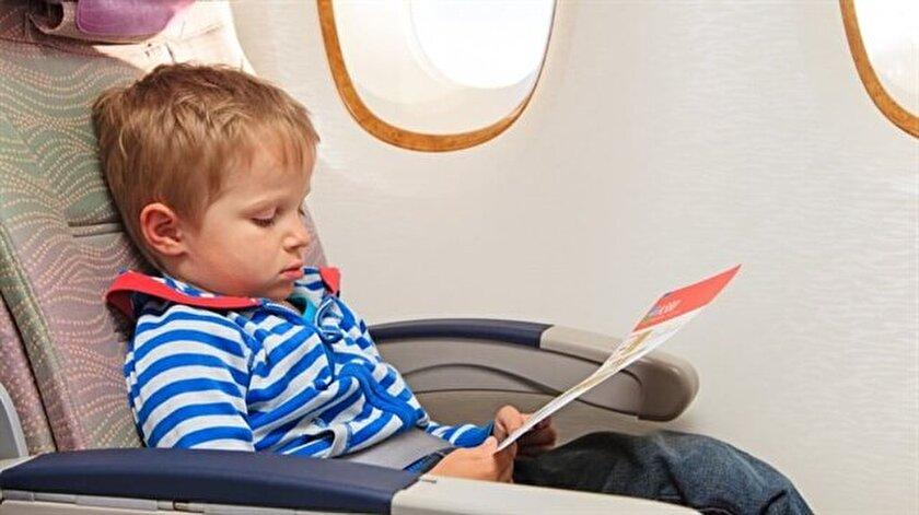 Uçuşu çocuğun uyku düzenine göre ayarlamaya çalışın. Çünkü uykusuz kalmak çocuğunuzun daha endişeli olmasına sebep olacaktır. Uçuş sırasında çocuğu, kaygısını azaltabilecek şeylere yöneltin: oyun oynamak, kitap okumak, film izlemek gibi. Kendi kaygınızı kontrol edin. Sakin kalmaya çalışın