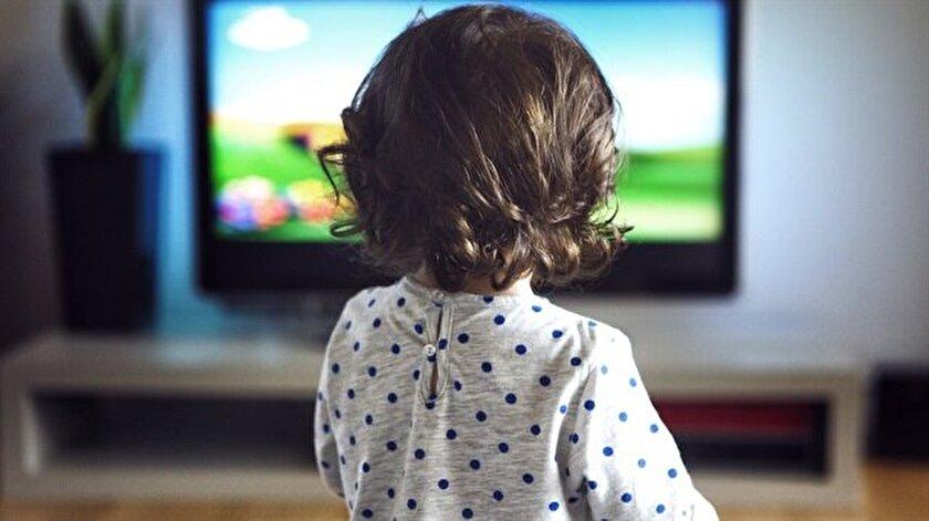 Çok fazla çizgi film izleyen çocuklar gördükleri kahramanları çok fazla özdeşleştirip benimsiyorlar. Bu yüzden çocuklar kendi başlarına bir dünya oluşturup, o dünyaya hiç kimseyi almadan tek başlarına sosyal fobi ile oyunlar oynuyorlar. Anne babalarla iletişim kurmuyorlar. Akranları ile iletişim kurmuyorlar.