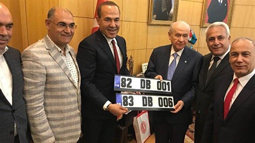 Adana Büyükşehir Belediye Başkanı Hüseyin Sözlü, MHP Lideri Devlet Bahçeli'ye plaka hediye etti.