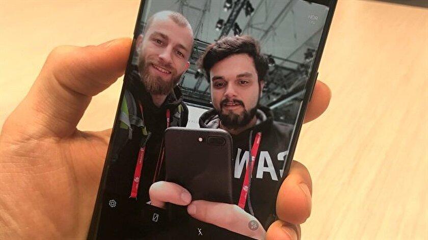 gzt.com teknoloji editörleri Yunus Emre Şahin ve Nazif Menteş MWC 2018'de Samsung Galaxy S9'u inceliyor.
