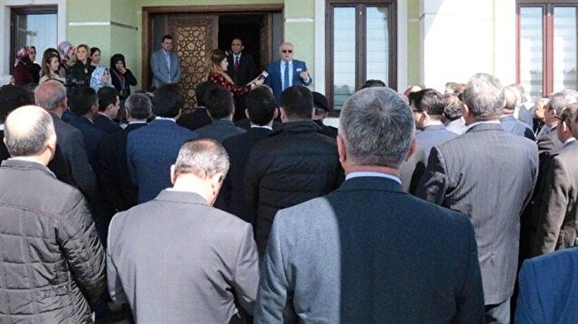 Herkesle birer birer vedalaşan Vali Necati Şentürk, herkesten haklarını helal etmelerini istedi.