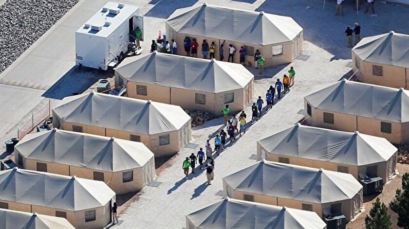 """Teksas eyaletinin güneyinde yer alan tesislerden birine giren  kameralar, yüzlerce çocuğun yaş ve cinsiyetlerine göre tel örgüden yapılmış ayrı  """"kafesler"""" içinde tutulduğunu tespit etmişti."""