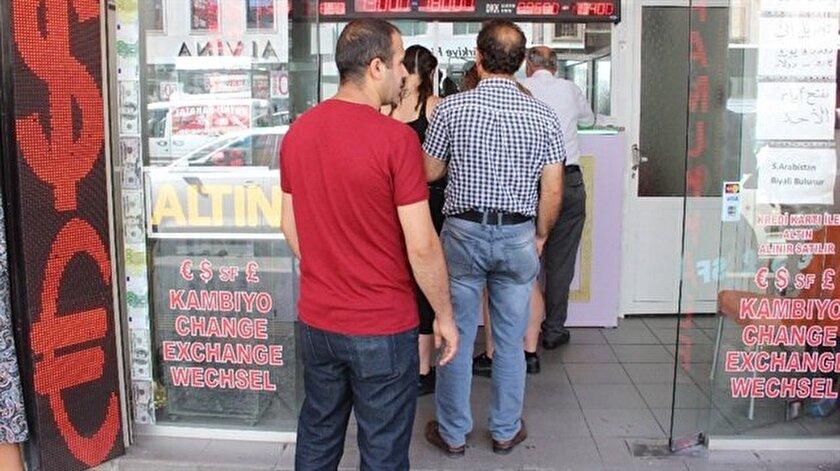 Cumhurbaşkanı Recep Tayyip Erdoğan'ın döviz bozdurma çağrısına uyan vatandaşlar, İzmir'deki döviz bürolarının önlerinde uzun kuyruklar oluşturdu.