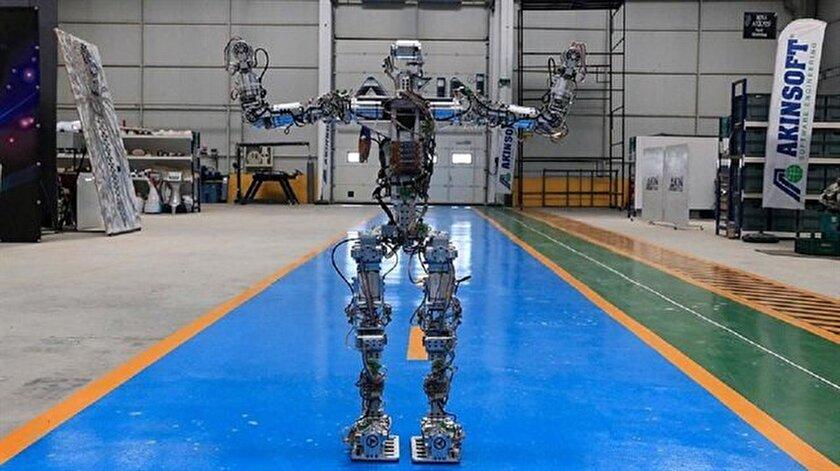 İnsansı robot olarak tasarlanan Akıncı-4'te 37 eklem noktası bulunuyor.