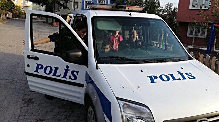 Yiğit Efe'ye çikolata ve oyuncak alan polisler, okula kadar eşlik etti.