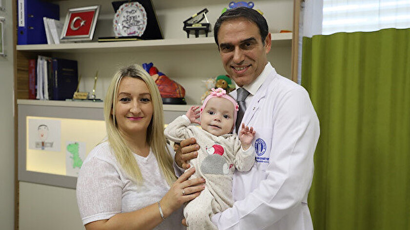 Hastalıklarından kurtulup hareketlenen Alea bebek, artık etrafına gülücükler saçıyor.