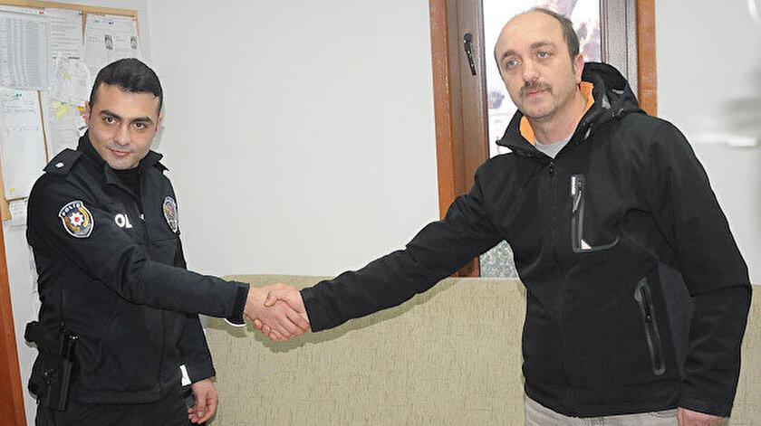 42 yaşındaki Erdal Altın, aracındaki polisleri teslim etti.