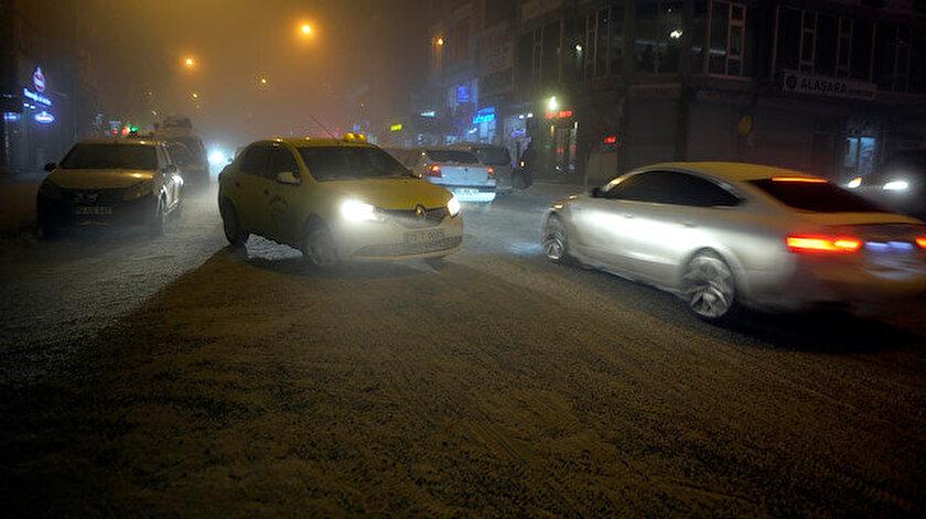 Soğuk hava ve sis yollarda buzlanmaya neden olurken, sürücüler araçlarıyla ilerlemekte güçlük çekti.