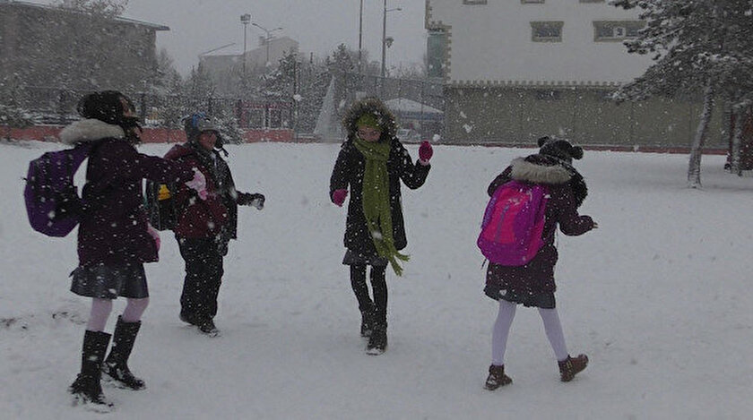 Ardahan'da yağan kar yağışı kenti beyaza bürüdü.