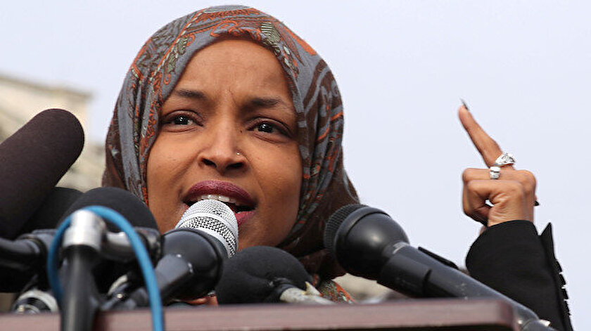 İlhan Omar, Abrams'ı  Güney Amerika ülkelerinde çıkan iç savaşlarda rol almakla suçladı.