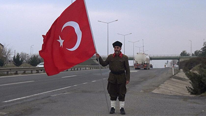 """Tokat Onbeşli Torunları Derneği Başkanı Saffet Gümüş, Çanakkale Zaferi'nin 104'üncü yıldönümü nedeniyle Esenyurt'tan başlattığı """"Torundan Dedeye Vefa"""" adlı yürüyüşte Silivri'de mola verdi."""