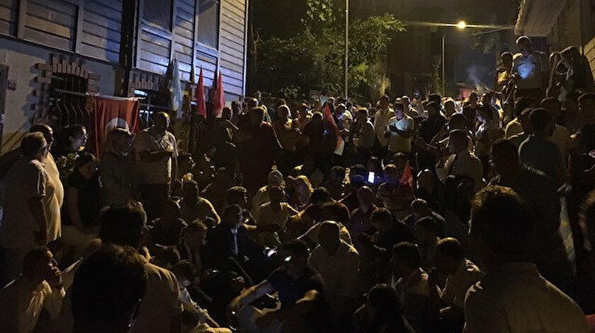 Akşener'e tepki gösteren partililer Genel Başkan'ın evinin önünde toplanmıştı.