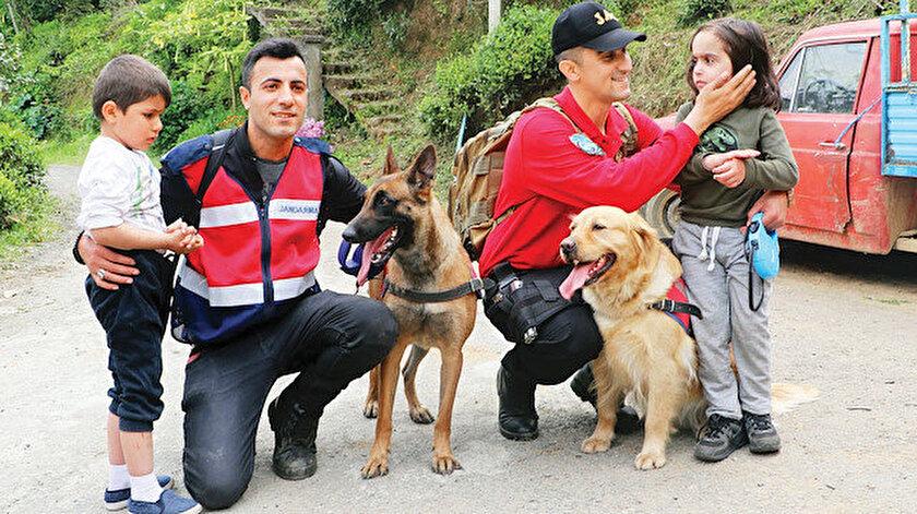 """Selim Yağız Özkan ve Barış Yıldırım'ı arama çalışmalarına, arama kurtarma köpeği """"Kır"""" ile iz sürme köpeği """"Oyma"""" da katıldı."""