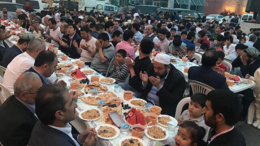 Program sonunda Çin baskısı altında tutulan Mazlum Doğu Türkistanlıların özgürlüğüne kavuşmaları için dua edildi.