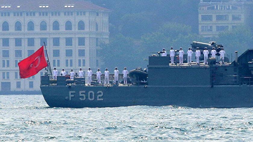 Diğer gemiler, Barbaros Hayreddin Paşa'ya selam verirken.
