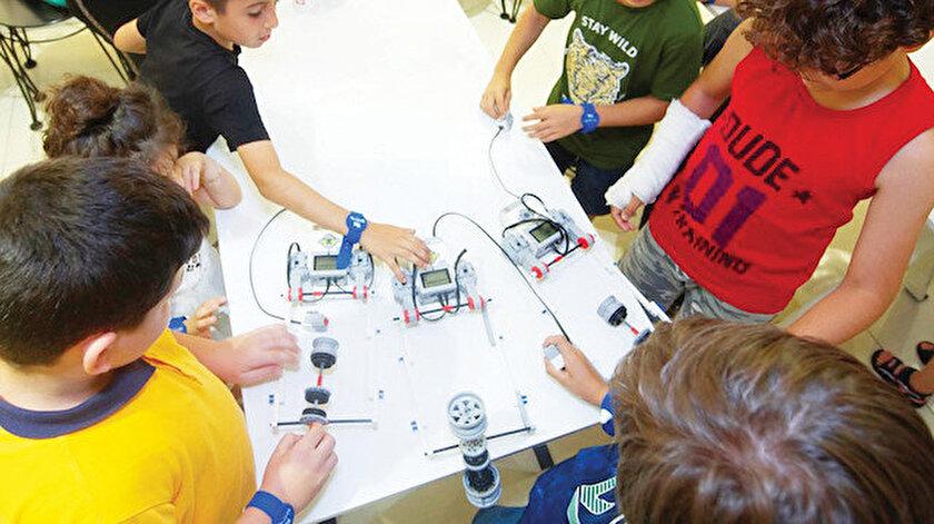 """Eğlenceli vakit geçirilmesi amaçlanan yarışmada çocuklar """"Hayatını kolaylaştıracak bir şey icat edebilseydin bu ne olurdu ve neden?"""" sorusuna yanıt verdiler."""