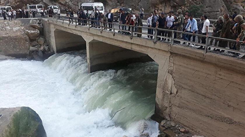 Sami Bartın (24) adlı genç, hızını alamayıp köprüden suya uçtu.