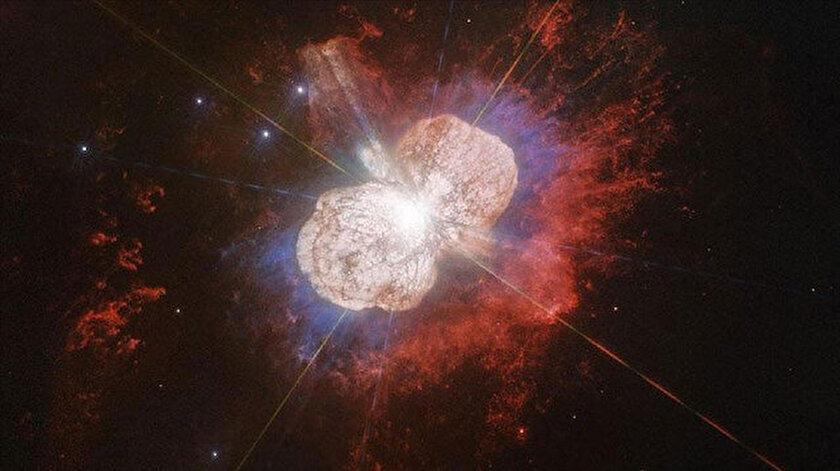 Ölmekte olan Eta Carinae'nin ilk kütlesinin güneşin 150 katı büyüklüğünde olduğu tahmin ediliyor.