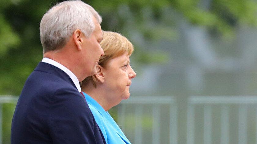 Alman Şansölye Merkel, resmi törenle Finlandiya Başbakanı Antti Ritte'yi karşıladı.