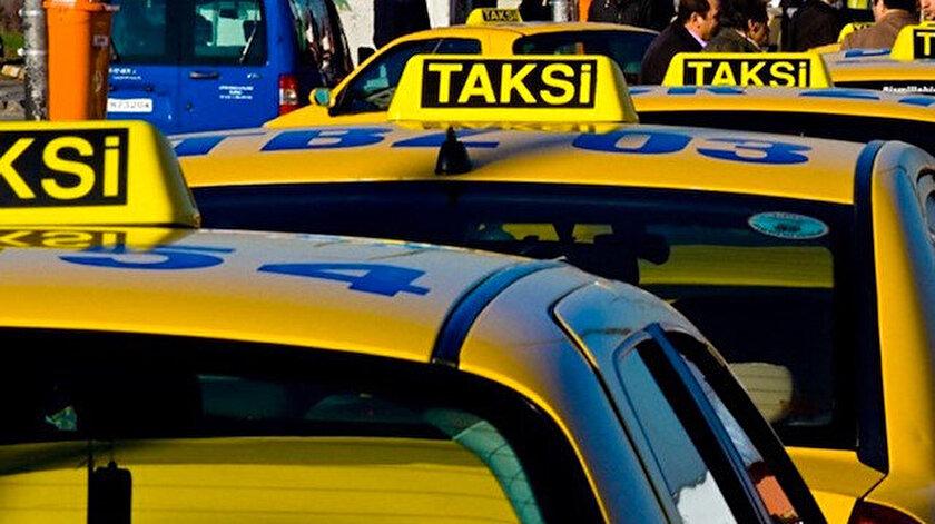 Durakta sıra bekleyen taksiler. Fotoğraf: Arşiv.