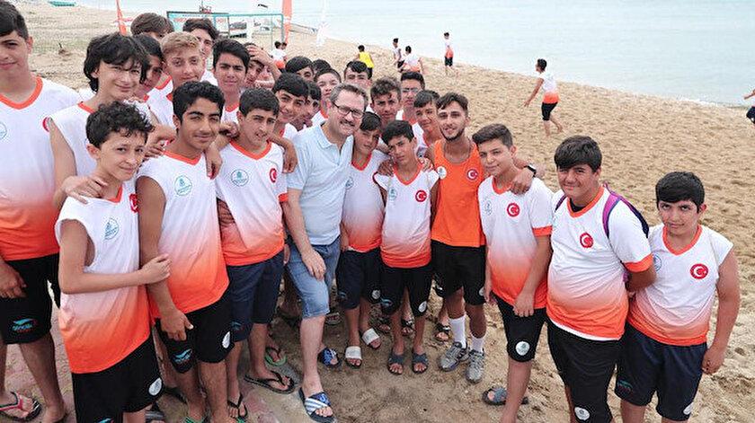 Başakşehir Belediye Başkanı Yasin Kartoğlu, öğrencilerle beraber kampta etkinliklere katılıyor