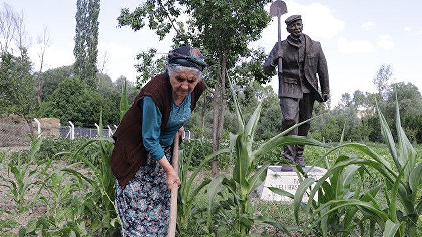 Yozgat'ta yaşayan aile bahçelerine vefat eden babalarının heykelini yaptırdı.