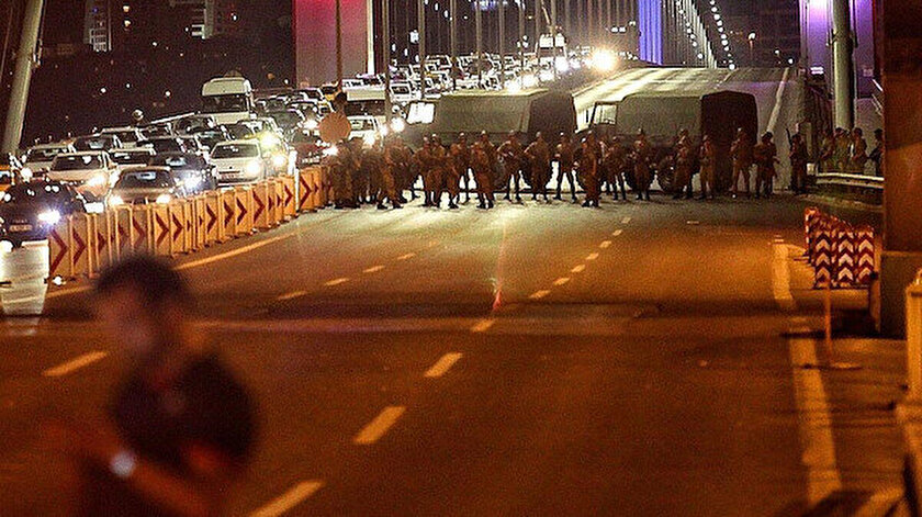15 Temmuz darbe girişiminde köprüyü kapatan hainler