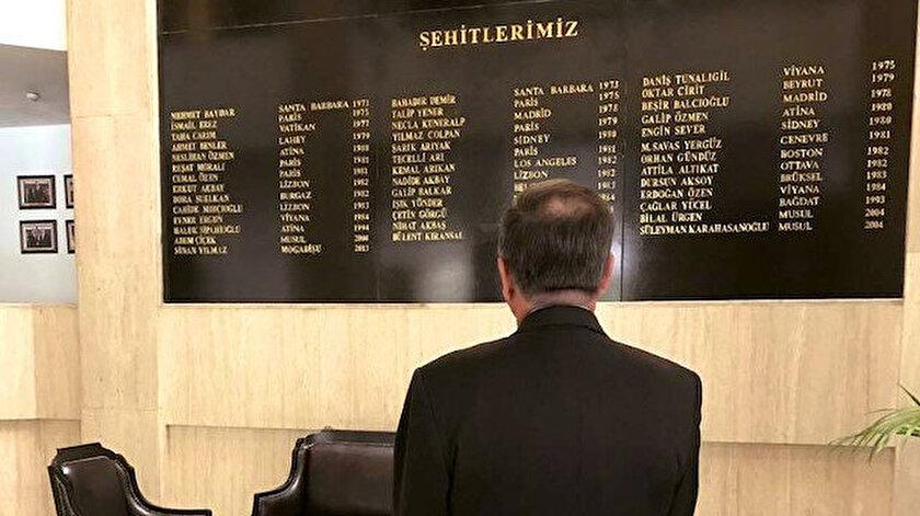Büyükelçi, bugüne kadar şehit edilen Türk diplomatlar için oluşturulan anıt duvarın önünde poz verirken. Tarih 10 Temmuz 2019.