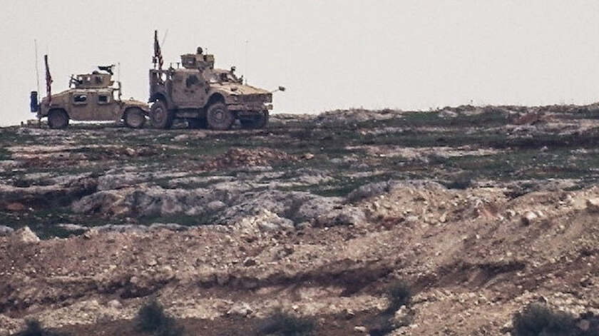 PKK'lı teröristler hendek kazarken, ABD askerleri nöbet tuttu.