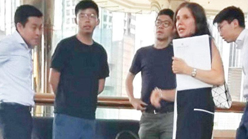 Hong Konglu aktivistlerle görüşen ABD'li diplomat Julie Eadeh'in, Çince, Arapça, İspanyolca, Fransızca bildiği ve daha önce Musul, Bağdat ve Riyad'ta görev yaptığı medyada çıkan haberde belirtildi.