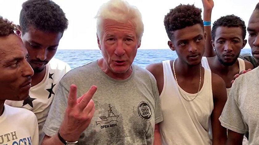 Richard Gere, göçmenler ve onları denizden kurtarmak için çalışan sivil toplum kuruluşlarıyla dayanışma eylemi yaptı.