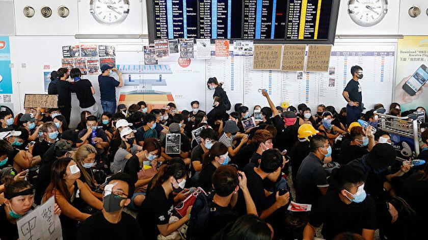 Göstericiler, polis müdahalesinin sertleşmesine tepki olarak sabah saatlerinde havalimanının ana terminalini, geliş ve gidiş salonlarını işgal etti.