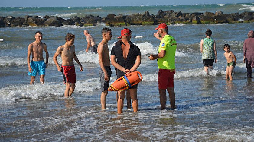 Sahilde görevliler, vatandaşları denize girmemeleri konusunda uyarıyor.