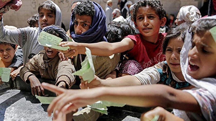 Yemen'de gıda alabilmek için uzun kuyruklar oluyor.