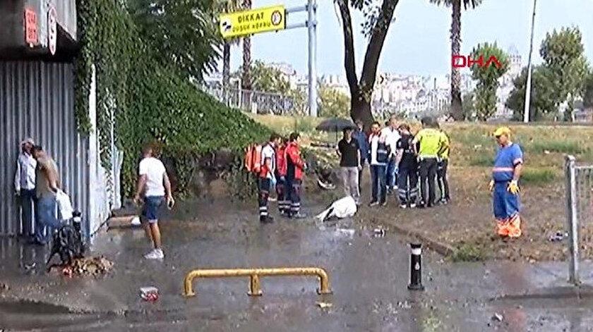 Alt geçitte sele kapılan vatandaşın cansız bedeni tahliye yapan ekiplerce çıkarıldı.
