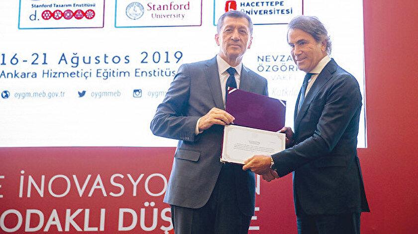 Ziya Selçuk, desteklerinden dolayı Nevzat Özgörkey Su Vakfı yetkilileri ile mesleki gelişim programına katılan öğretmenlere sertifika verdi.
