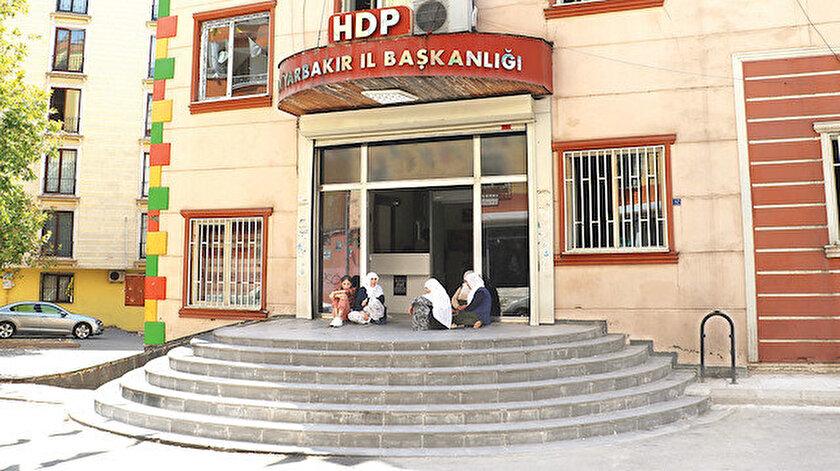HDP Diyarbakır İl Binası önünde oturma eylemi yapan Hacire Akar