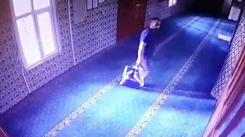 Hırsızın camide kabloları çaldığı anlar güvenlik kamerasına yansıdı.