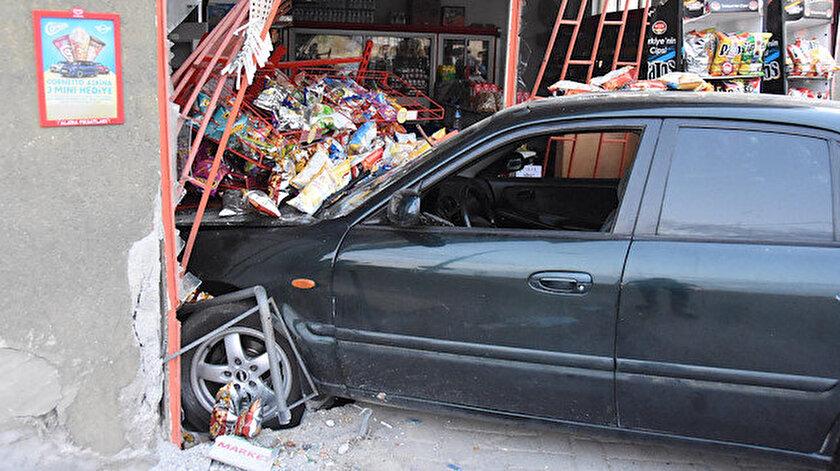 Sürücüsünün kontrolünden çıkan otomobil, yol kenarında bulunan markete daldı.