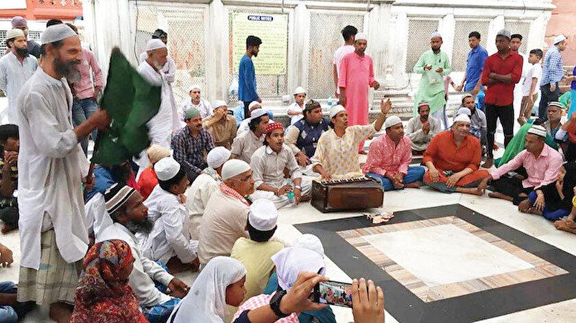 """Delhi'de Nizameddin Evliya türbesinin avlusunda sufi müziği """"kavvali"""" icra eden bir grup."""