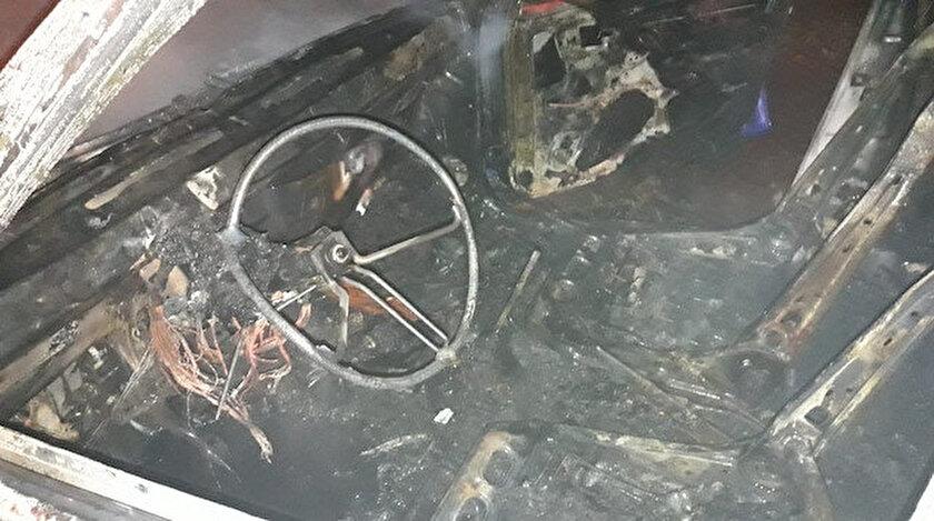 Yangın sırasında küle dönen araç.
