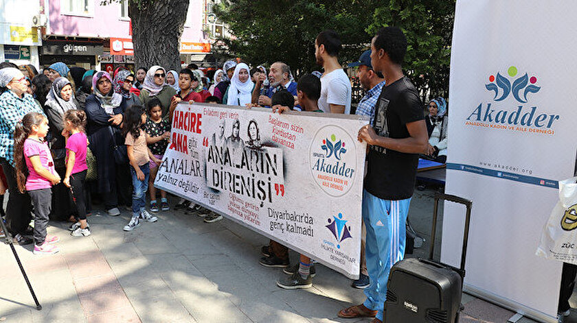 Mimar Sinan Camii önünde toplanan kalabalık pankart açtı.