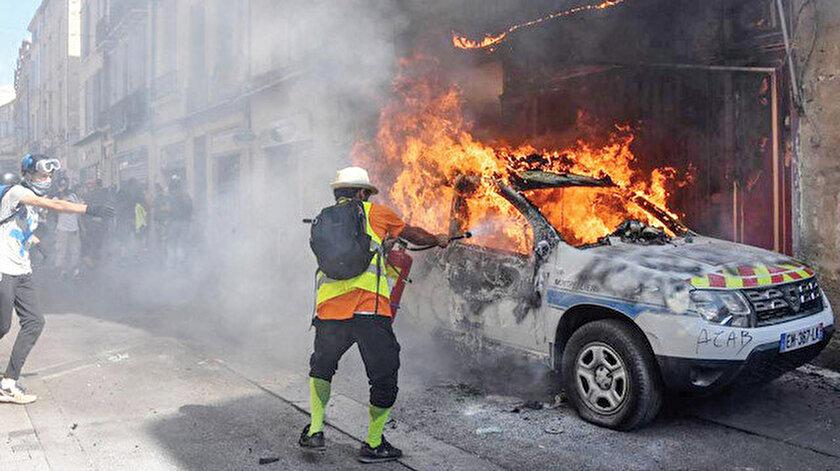 Protestocular, polis aracını ateşe verdi.