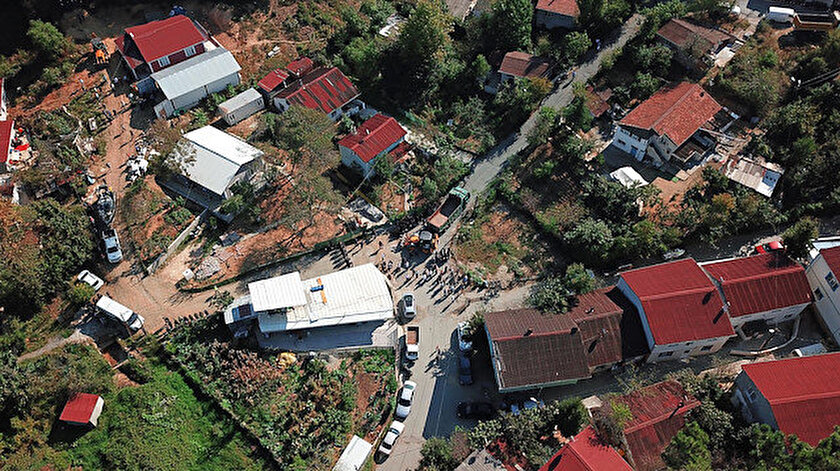 Belediye ekipleri yıkım için bölgeye gitti.
