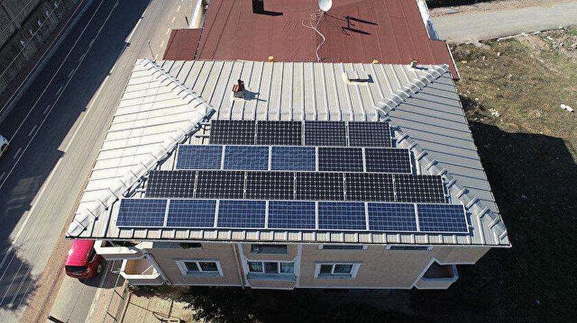 Kerem Çilli, evinde kullandığı elektriğin tamamını güneş panelleri ile karşılıyor.