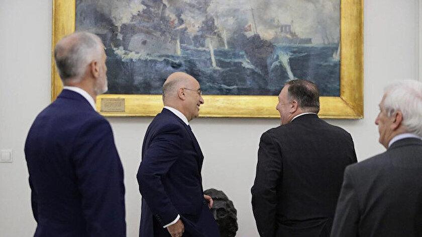 ABD ile Yunanistan'ın dışişleri bakanları toplantısı Türkiye karşıtı bir şova dönüştü. İki bakan, Elli Deniz Muharebesi'nin resmedildiği tablonun önünde gülerek poz verdiler.