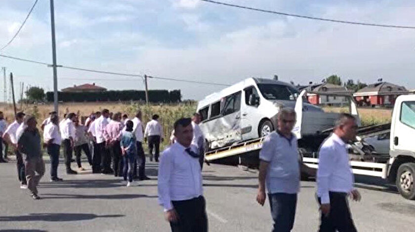 Uşakta işçi servisiyle otomobil çarpıştı: 5i ağır 14 yaralı