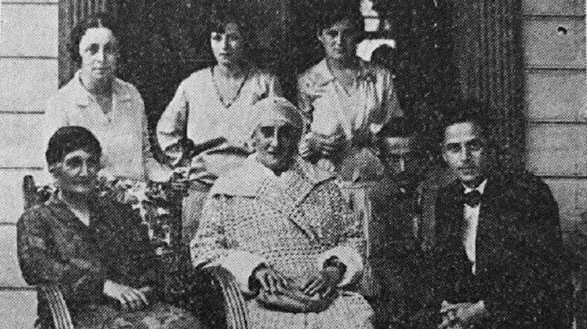 Behice Ziya Kollar'ın yaşlılık döneminden bir kare (ortada önde)